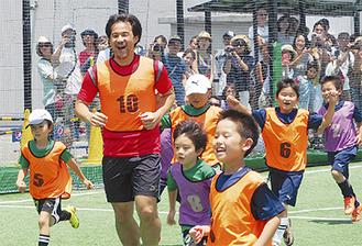 子どもたちとフットサルで交流する岡崎選手