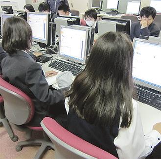 パソコン室で課題に取り組む生徒たち