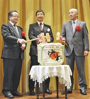 祝いの鏡開きをする(左から)服部市長、小笹会長、木村町長