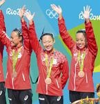 リオ五輪で銅メダルを獲得した小俣夏乃さん(中央)