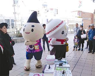 茅ヶ崎駅前でPRを行うえぼし麻呂(左)とさのまる