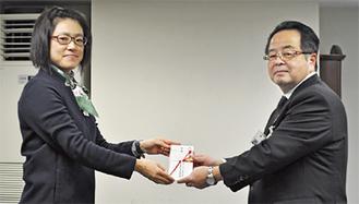目録を手渡す後藤店長(左)と服部市長