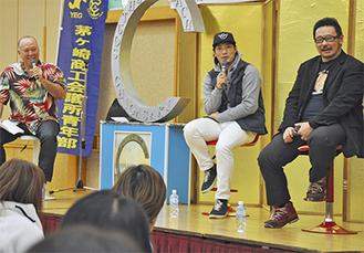 ジョージ・カックルさん、倉本選手、村瀬さん(左から)