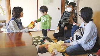 親子連れが訪れた「ふりーすぺーす」開催日