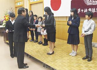 稲岡会長から表彰状が手渡された