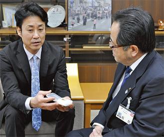 服部市長(右)に禎子鶴が入ったケースを見せる佐々木さん(左)