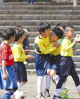 初優勝を喜ぶカルペソール湘南(U―8)