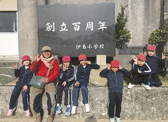 徳島県阿南市伊島の伊島小学校で、子どもたちに囲まれる西岡さん(左から2人目)