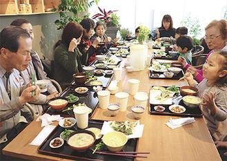 賑やかにテーブルを囲む参加者