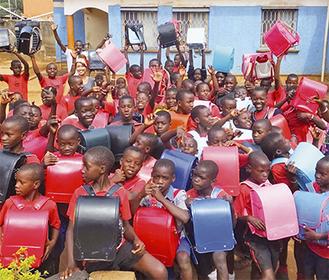 昨年末にウガンダの子どもたちに手渡した