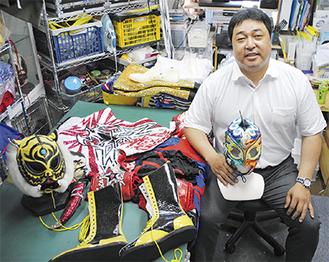 仕事場にはタイガーマスクなど、小栗さんの手掛けた衣装が保管されている