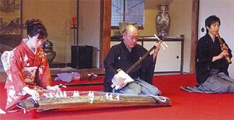 箏や三絃を演奏する(写真は昨年)