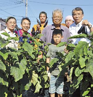 大川さん(右から3人目)と商店会メンバーら
