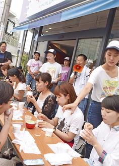 真剣な表情でアイスを食べる参加者