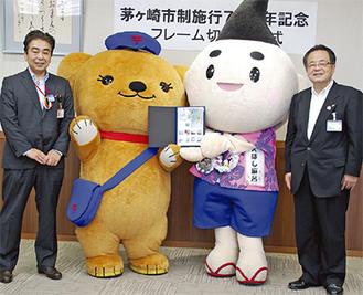 大谷津支社長、日本郵便のキャラクターぽすくま、えぼし麻呂、服部市長(左から)