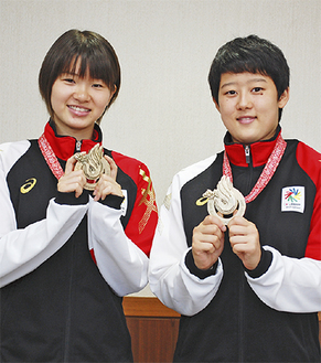 長谷山さんとチームメイトの中田さん(左から)