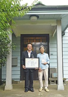 主屋玄関に並ぶ藤間克子さん(右)と服部市長