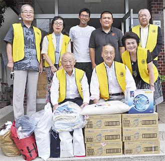 LCのメンバー(黄色いベスト)が物資を届けた