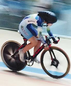 専用ヘルメットをかぶりトラック競技場のコースを走る金田さん(金田さん提供)