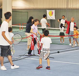 一緒にテニスを楽しむ参加親子ら
