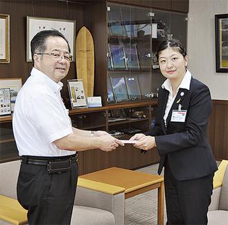 服部市長に意気込みを語った鈴木さん(右)