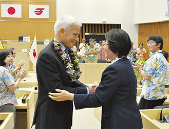 コールドウェル市長(左)と握手を交わす白川静子議長