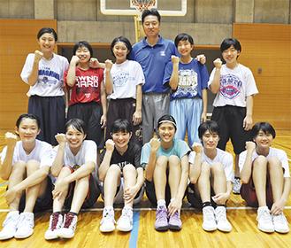 全国に挑む女子バスケ部と張監督(後列中央)
