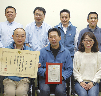 水島会長(前列中央)ら茅ヶ崎山岳協会の理事