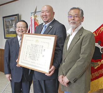 服部市長、吉田雅章さん、柿澤会長(左から)