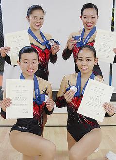 「シニア1グループ」で準優勝を果たした上田さん、小松田さん、木津さん、西川さん(後列左から時計回り)