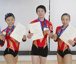 「ユース2トリオ」で優勝した今村菜子さん、今村一歩さん、鈴木さん(左から)