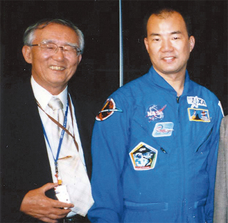 父の幹夫さん(左)と並ぶ野口聡一さん(幹夫さん提供)