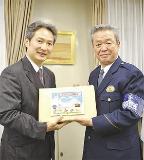 藤江組合長(左)から山口署長にカレンダーが手渡された