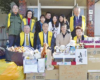 クラブの会員(黄色のベスト)が直接、生活物資を届けた