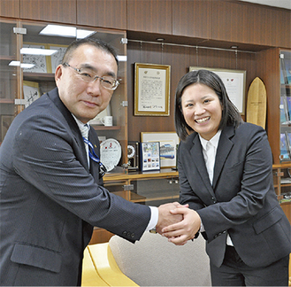 岡本課長(左)に出発を報告する吉田さん