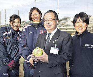 服部市長を囲む倉本選手(中央左)ら