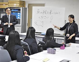 手話を通じて大学の講義を体験する生徒たち