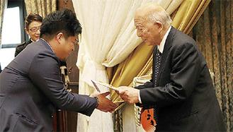 相馬代表(左)から和田園長へ目録が手渡された