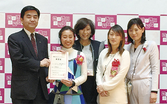 認定式での楯岡信一県産業労働局長、金井舞子さん、金井加代子さん、東司さん、金井枝里佳さん(左から)