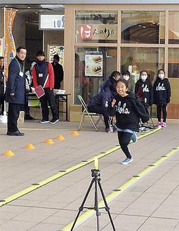 センサーとカメラで「かけっこ力」を測定する参加者