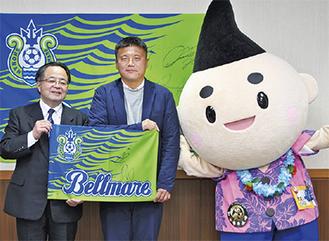 左から服部市長、曺監督、えぼし麻呂