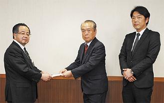 左から服部市長、三留副支部長、加藤副委員長