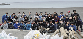 ヘッドランド周辺のゴミを拾った児童たち