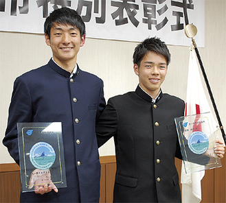 (左から)楯を手に肩を組む小倉君、柴田君