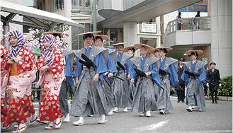 江戸時代の出で立ちで練り歩く