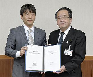 高田代表理事(左)と服部信明市長