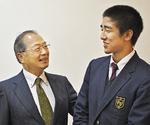 エールを送る増森さん(左)