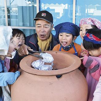 人気商品「壺焼き芋」は日高さんの故郷、種子島から取り寄せた安納芋を使用。「僕も食べたい!」「熱いから気を付けるんだよ」