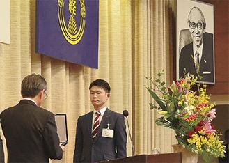 松下氏の写真を前に証書を受け取る卒塾生