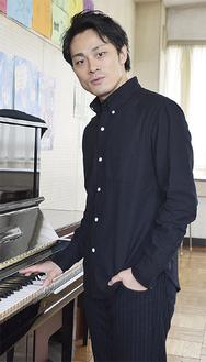 母校・浜須賀中学校を訪れ、音楽室のピアノを奏でながら歌う神田さん